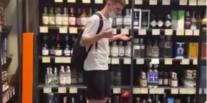 В Киеве подросток ради ролика для TikTok разбил бутылку элитного алкоголя за $7,5 тысячи (видео)
