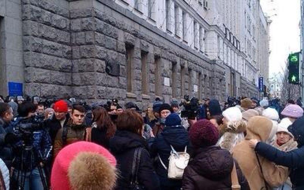 Активісти намагаються зайти до будівлі мерії / © twitter.com/itsector