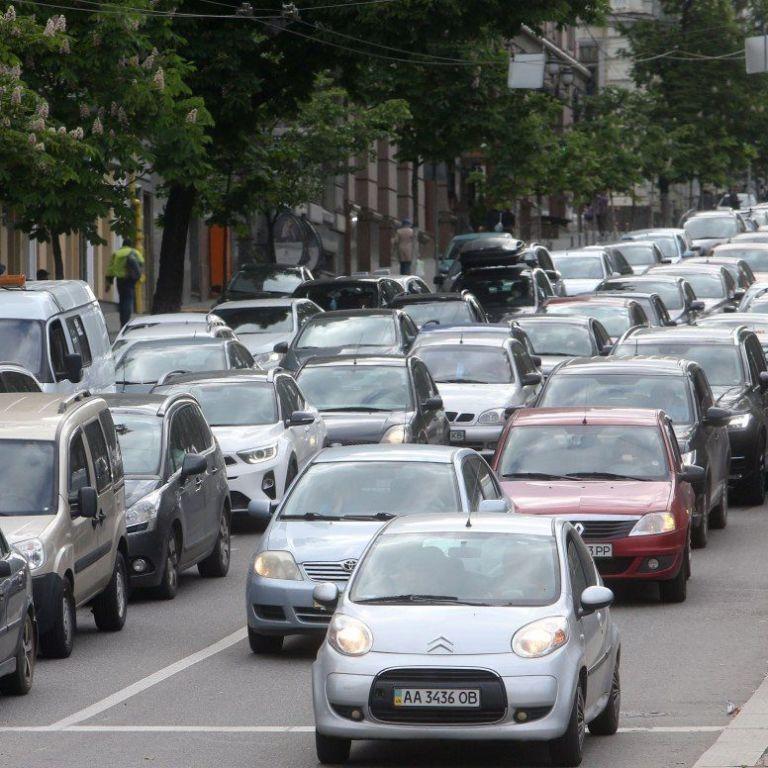 У Києві після тривалих вихідних спостерігаються суттєві затори: де найважче проїхати