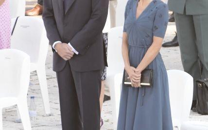 У скромній синій сукні та з новою зачіскою: королева Летиція з чоловіком на заході в палаці