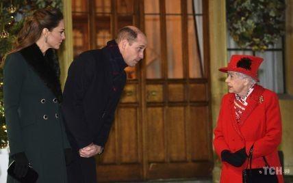 В красном пальто: королева Елизавета II встретилась с Кейт и Уильямом и другими родными в Виндзоре