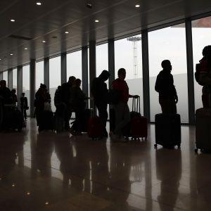 Авиакомпаниям могут запретить продавать билеты в страны, которые не пропускают украинцев