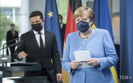 У блакитному жакеті і з улюбленим намистом: Ангела Меркель на зустрічі із Зеленським